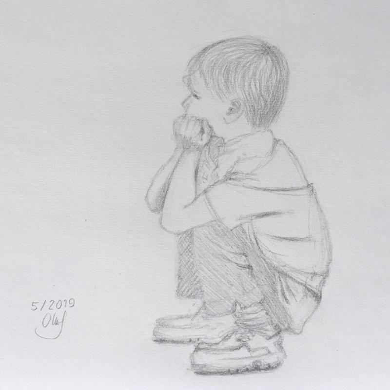 Sitzender Junge